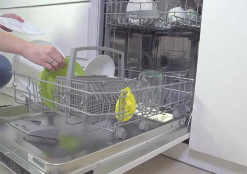 Máy rửa bát làm ấm nước tối ưu hơn khi rửa bát bằng tay sử dụng bình nước nóng.