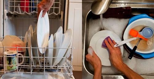 Dùng máy rửa tiết kiệm nước hơn nhiều so với rửa bằng tay (bên phải).