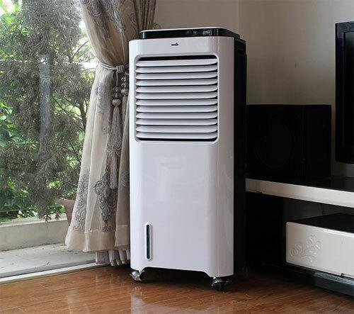 Quạt điều hòa làm mát tốt hơn quạt phun sương nhưng gây ồn khi hoạt động, giá cao và cồng kềnh.