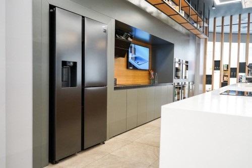Hai gam màu chủ đạo xám bạc và xám đen trung tính giúp tủ lạnh RS5000dễ bài trí.