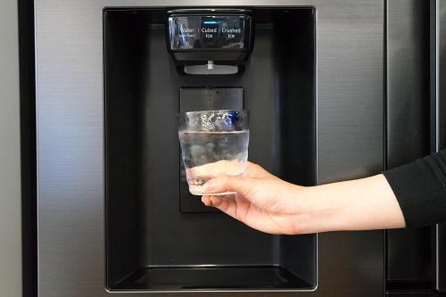 Ngăn đông đá ngoài của tủ lạnh tủ lạnh Side By Side RS5000 giúp tiết kiệm thời gian cho người dùng.
