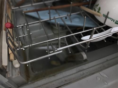 Nhựa bị chảy và bám bẩn vào rất khó vệ sinh.