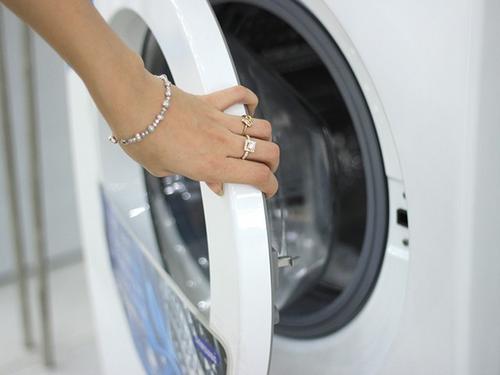 Máy giặt lồng ngang được đánh giá  giúp quần áo sạch hơn và kéo dài tuổi thọ hơn, nhưng lồng giặt dễ tích tụ vi khuẩn.