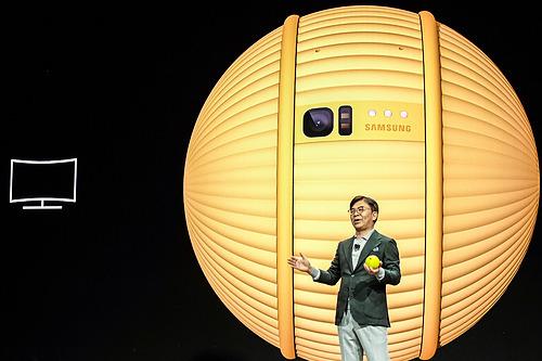 Robot quả bóng Ballie được CEO mảng Điện tử tiêu dung Samsung, Kim Hyun Suk, trình diễn ở CES 2020. Ảnh: Tuấn Anh.