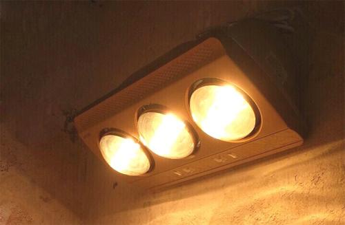 Đèn sưởi là món đồ hữu dụng trong phòng tắm mùa lạnh.